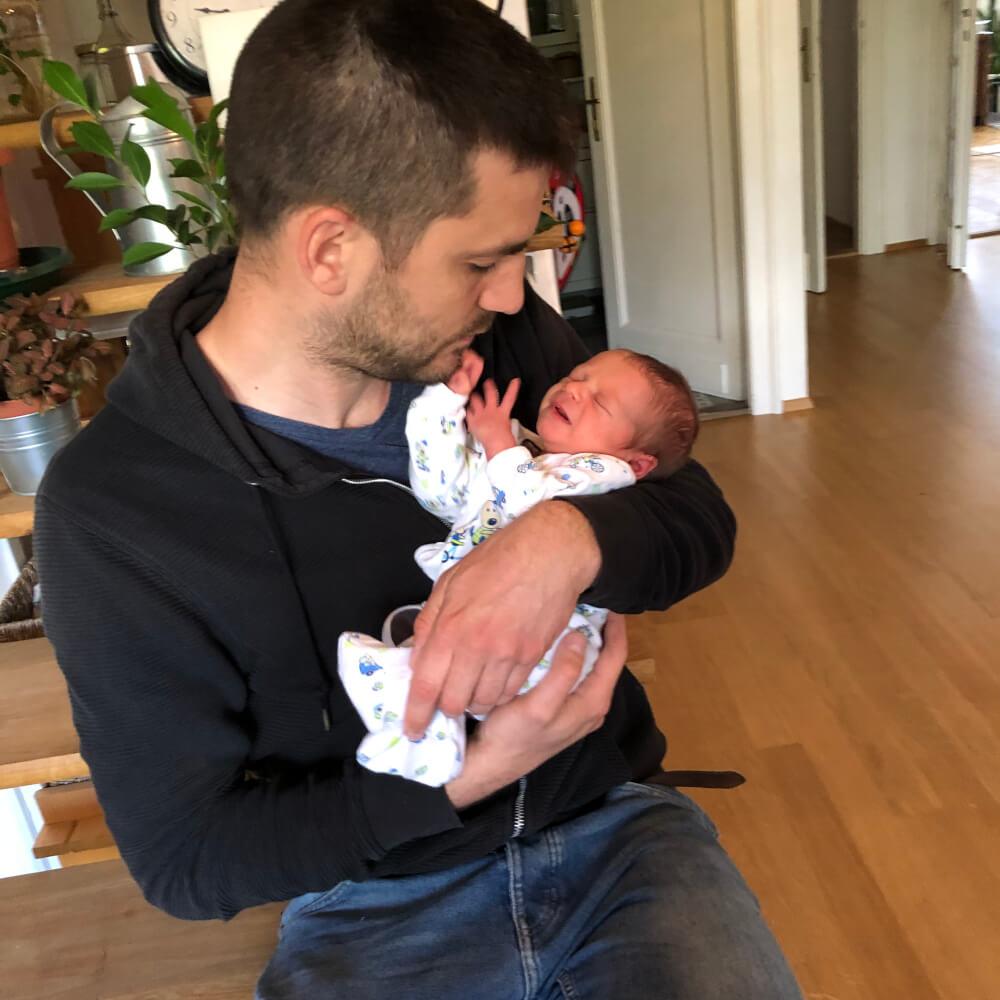 sírás - apuka megvigasztalja a kisbabát