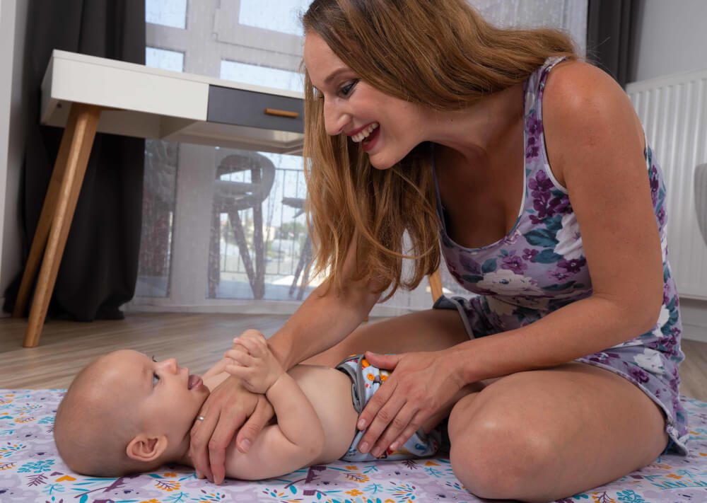 babamasszázs otthon - a szülő (anyuka) masszírozza a kisbabát